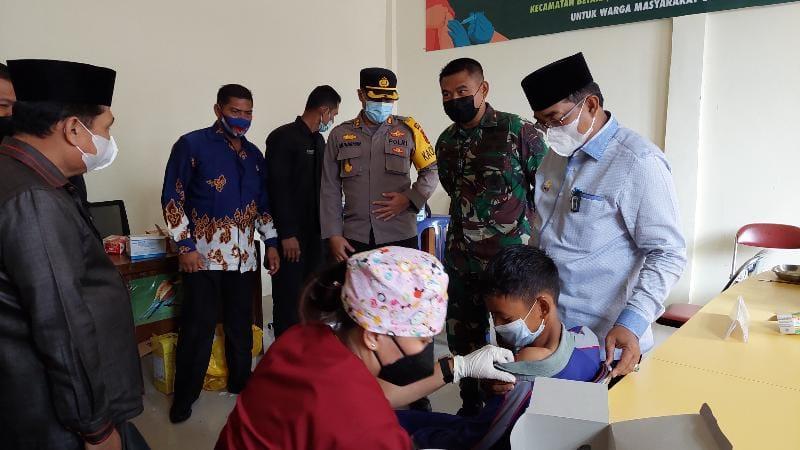 Bupati H. Anwar Sadat Saat Tinjau Serbuan Vaksinasi TNI Kodim 0419/Tanjab di Kantor Camat Betara, Senin (13/9/21). FOTO : LT