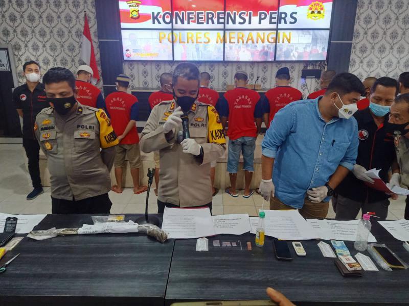 FOTO : Kapolres Merangin AKBP Irwan Andy P didampingi Kasat Narkoba, IPTU Rezka Anugras saat Pres Rilis, Selasa (14/9/21).