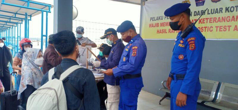 FOTO : Petugas Gabungan Ketika Melakukan Pemeriksaan Terhadap Penumpang dari Batam di Pelabuhan Roro Kuala Tungkal, Kamis (16/9/21).