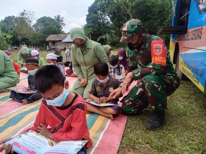 FOTO : Dandim 1002/HST, Letkol Inf Muh. Ishak HB Meninjau Perpustakaan Keliling Dinas Perpustakaan dan Kearsipan (Dispersip) Kalimantan Selatan, Kamis, (16/9/21).