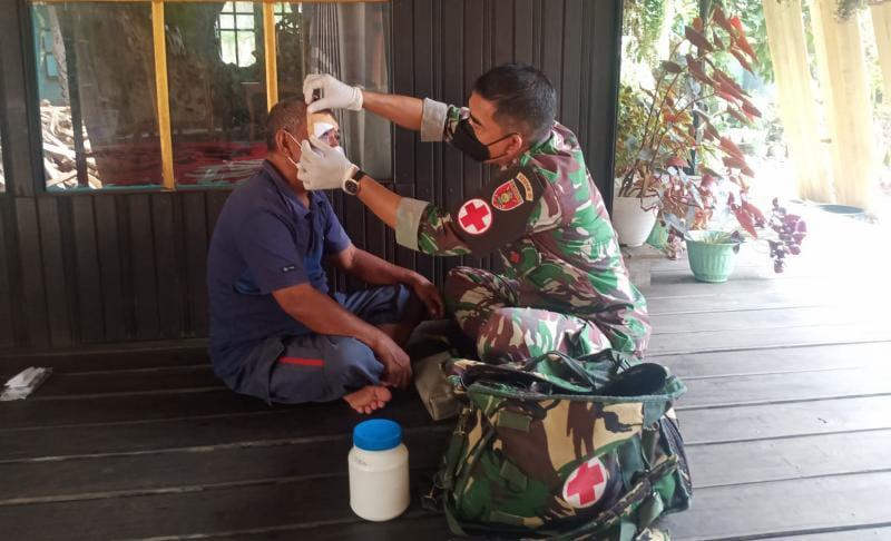 Tim Kesehatan Satgas TMMD Ke-112 Kodim 1002/HST Serka Abdurrahman Obati Warga yang Terluka. (FOTO : pendim1002)