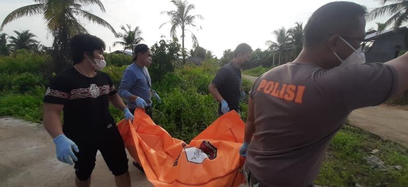 FOTO : Polisi Saat Mengevakuasi Jasad Mayat yang ditemukan untuk dibawa ke RSUD KH Daud Arif, Senin (20/9/21).