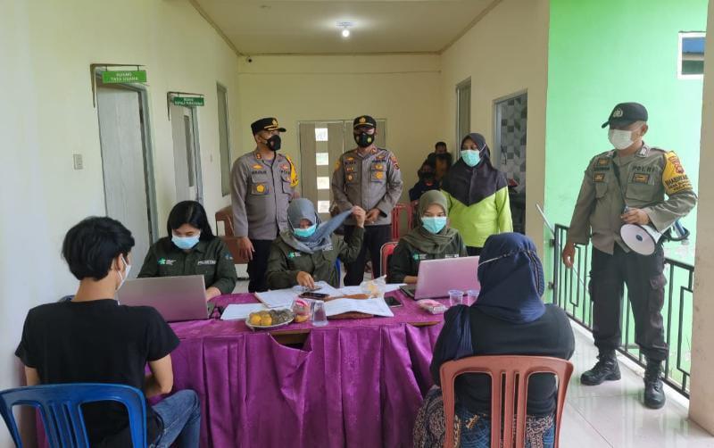 Kapolres Tanjab Barat AKBP Muharman Arta, SIK Ketika Meninjauan Vaksinasi di PKM Rawat Inap Teluk Nilau, Kecamatan Pengabuan, Minggu (18/8/21).