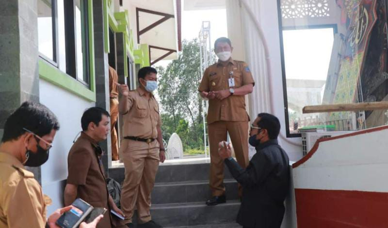 Wakil Bupati Hairan, SH Ketika Meninjauan Persiapan Arena Utama MTQ ke-50, Senin (20/9/21). FOTO : PROKOPIM
