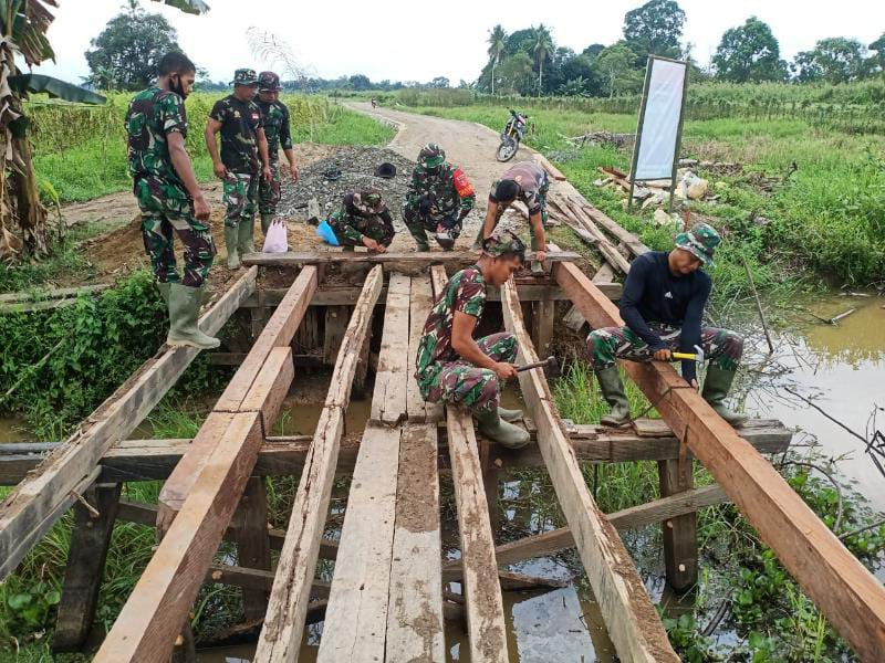 Satgas TMMD Ke-112 Kodim HST Bangun Jembatan di Desa Rantau Keminting, Kecamatan Labuan Amas Utara, Rabu, (22/9/21). FOTO : Pendim1002.
