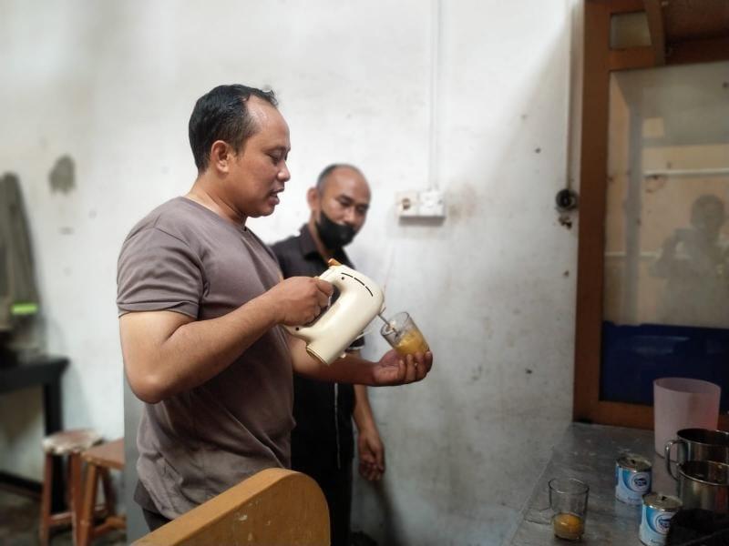 Kapolres Bungo AKBP Guntur Saputro S.IK, MH saat Meracik Teh Telur di Warung Sulita II Bungo, Sabtu (25/9/21). FOTO : HMSRES