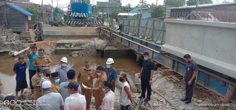 Wakil Bupati Tanjab Barat, Hairan, SH saat turun langsung meninjau Pembangunan Oprit Jembatan Parit Gompong, Senin (27/9/21). FOTO : HB
