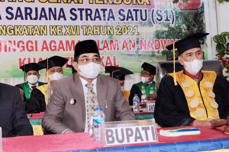 Bupati H. Anwar Sadat Saat Hadir Sidang Senat Terbuka Wisuda Sarjana XVI STAI An-Nadwah Kuala Tungkal, Selas (28/9/21). FOTO : PROKOPIM