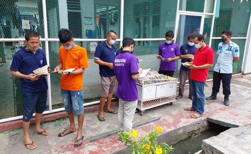 Para Warga Binaan Memanfaatkan Perpustakaan Keliling Menambah Wawasan Mereka Lapas Kelas II B Kuala Tungkal. FOTO : LAPAS.