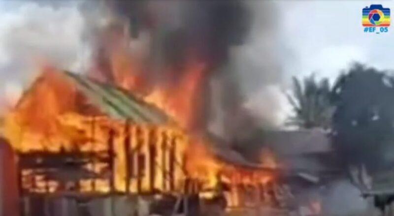 Api Sedang Membesar Memakan Bagian Rumah Warga di di Desa Koto Rendah Kecamatan Siulak pada Rabu (29/8/21). FOTO : TangkapanLayar Youtube Rhuten MC.