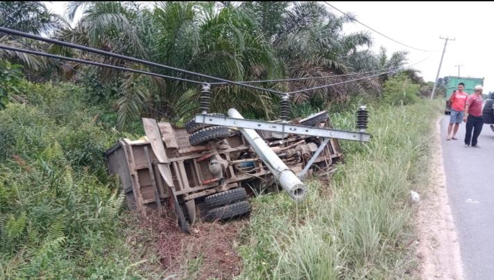 Gambar Truk Terguling ke bawah Jalan di Desa Muntialo, Kecamatan Betara. FOTO : MC Grup
