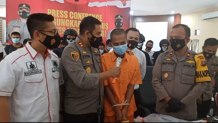 Kapolres Muaro Jambi, AKBP Yuyan Priatmaja dan Waka Polres Kompol Novri saat gelar kasus ilegal drilling bersama Kasat Kasat Reskrim IPTU Khairunnas, Senin (04/10/21). FOTO : Medis Grup.