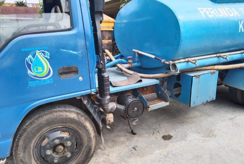 Mobil Tangki PDAM Tirta Mayang Kota Jambi yang Jadi Korban Dugaan Pemcurian Aki. FOTO : KHUSUS.