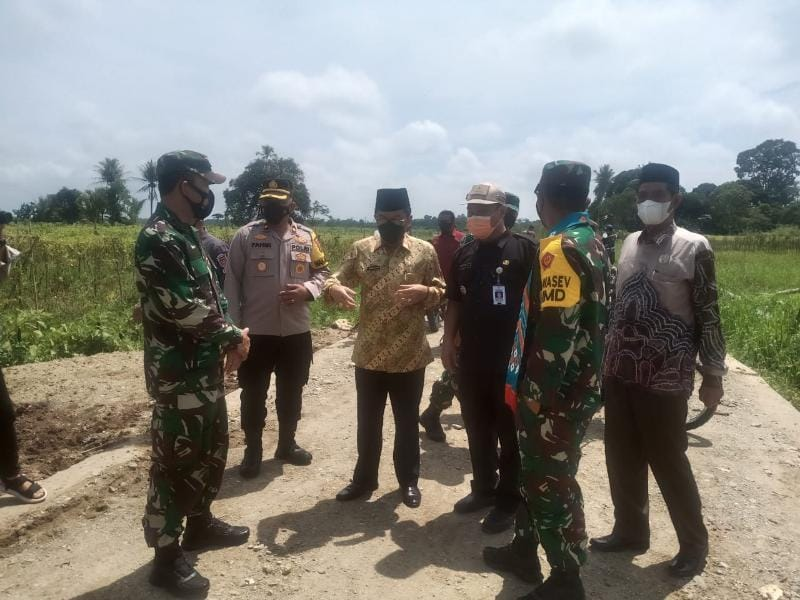 Tim Wasev Brigjen TNI Yohanis Payung, SE.,M.Tr, (Han) Saat Tinjau Sejumlah Hasil TMMD Ke-112 Kodim 1002/HST, Ksmis (7/10/21).