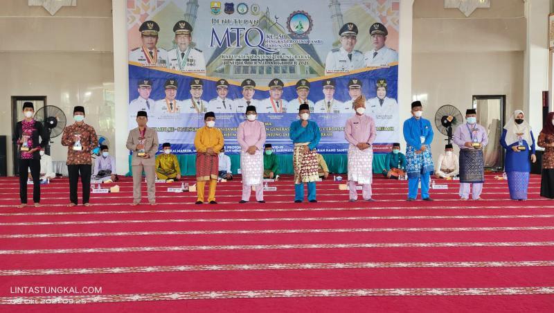 FOTO : Para Juara Terbaik 1 Tilawah Dewasa bersama dengan Wabug, Bupati Tanjab Barat di Masjid Syaikh Utsman Tungkal, Jumat (8/10/21).