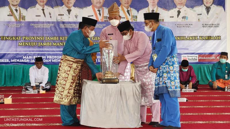 FOTO : Wakil Gubernur Jambi H. Abdullah Sani saat Menyerahkan Tropi Bergilir Juara Unum kepada Bupati Tanjab Barat H. Anwar Sadat, Jumat (8/10/21).