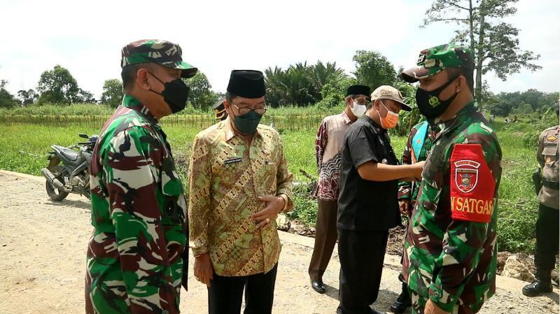Wakil Bupati HST H. Mansyah Sabri meninjau hasil TMMD ke-112 Kodim 1002/HST. FOTO : Pendim1002