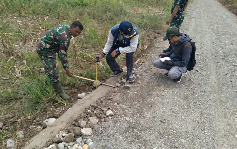 Dinas PU HST Cek Pengerjaan Perbaikan Mutu Jalan TMMD, Rabu (13/10/21). FOTO : Pendim1002