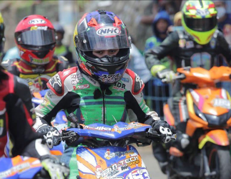 Dea saat mengikuti kejuaraan balap motor di Jambi, foto: hari isnanto