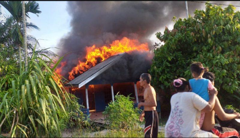 FOTO : Tampak Api Membesar Memakan Badan Bangunan Rumah.