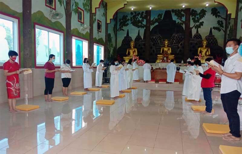 FOTO : Ritual Ibadah Imlek di Kelenteng Leng San Keng Kuala Tungkal, Jumat (12/02/21).