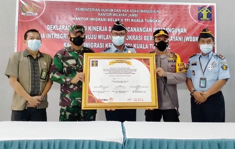 FOTO : Acara Penandatanganan Deklarasi Janji Kinerja dan Komitmen Bersama Pencanangan Pembangunan Zona Integritas Menuju WBBM Tahun 2021 di Kantor Imigrasi Kelas II TPI Kuala Tungkal, Jumat (19/02/21).
