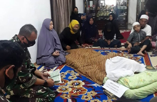 FOTO : Komandan Korem 042/Gapu, Brigjen TNI M. Zulkifli Saat Takziah di Rumah Duka, Kamis (03/09/20) Pagi.