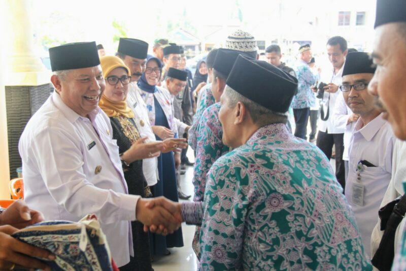 FOTO : Jamaah Haji Kabupaten Tanjung Jabung Barat saat Pelepasan Pemberangkatan oleh Bupati DR. H. Safrial, Rabu (24/07/19)