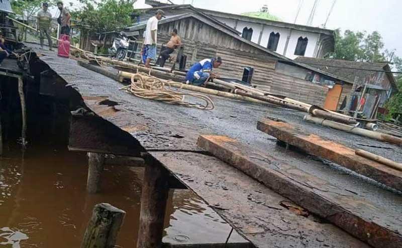 FOTO : Pengerjaan Perbaikan Jembatan Parit 3 di Kecamatan Tungkal Ilir pada Rabu (24/03/21)