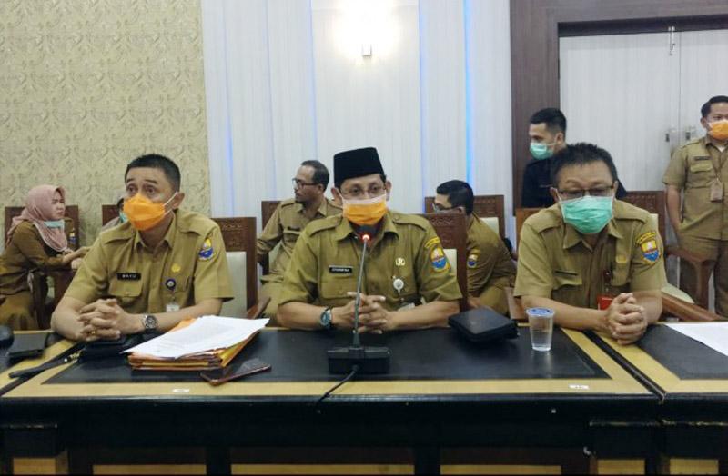 FOTO : Johansyah (Tengah) Juru Bicara Penanganan Corona Virus Disease (Covid-19) Provinsi Jambi Saat Memberikan Keterangan Pres rilisnya, Senin (23/03/20).