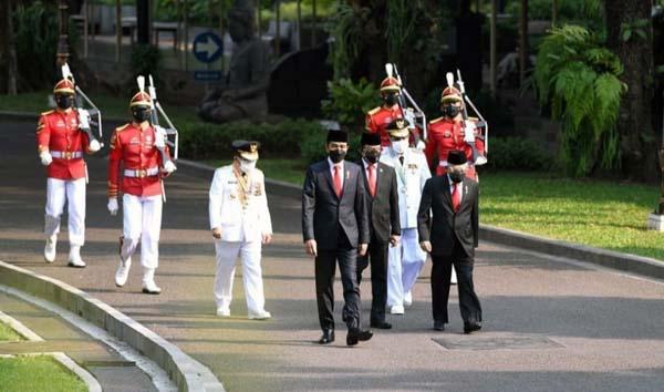 Presiden Joko Widodo (Jokowi) bersama Gubernur Jambi Al Haris dan Abdullah Sani Menuju Ustana Negera Menjelang Pelantikan, Rabu (07/07/21). FOTO ; ISTIMEWA