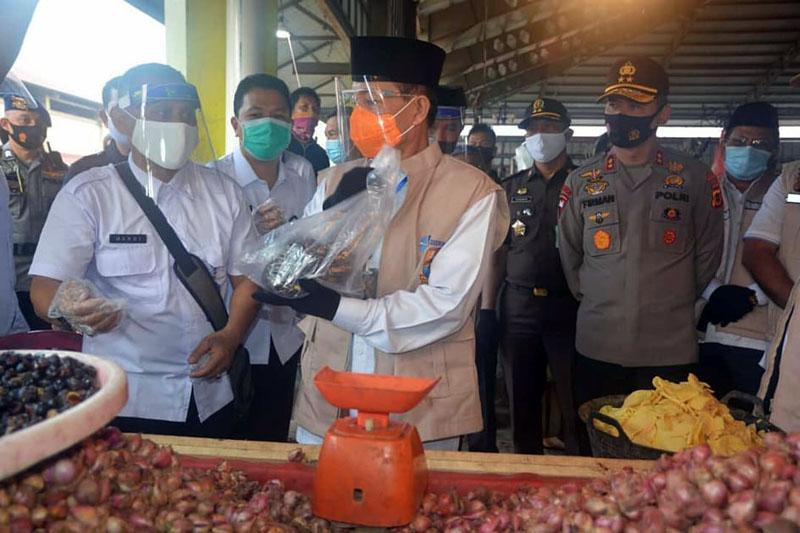 FOTO : Gubernur Jambi, Dr. H. Fachrori Umar bersama Kapolda Jambi, Irjen Pol Drs.Firman Shantyabudi, M.Si secara langsung melakukan peninjauan langsung ke Pasar Modern Angso Duo, Rabu (29/07/20).