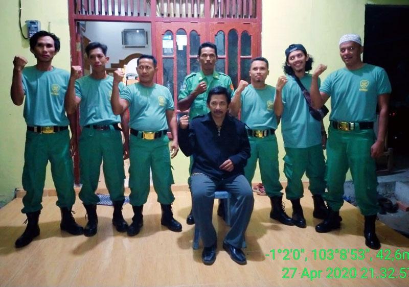 FOTO : Kades Suka Damai Ali Munir Bersama para Anggota Linmas Desa Setempat, Senin (27/04/20).