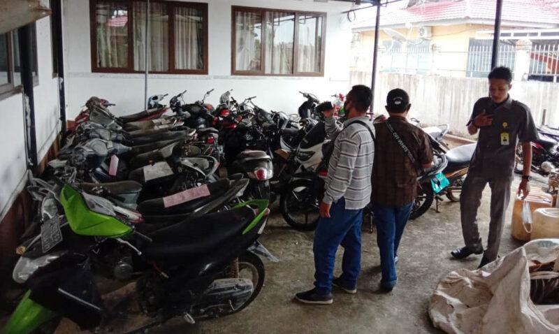 FOTO : Sejumlah Kendaraaan yang akan Dilelang Terparkir di Sampinng Kantor Kejaksaaan Negeri (Kejari) Tanjung Jabung Barat.