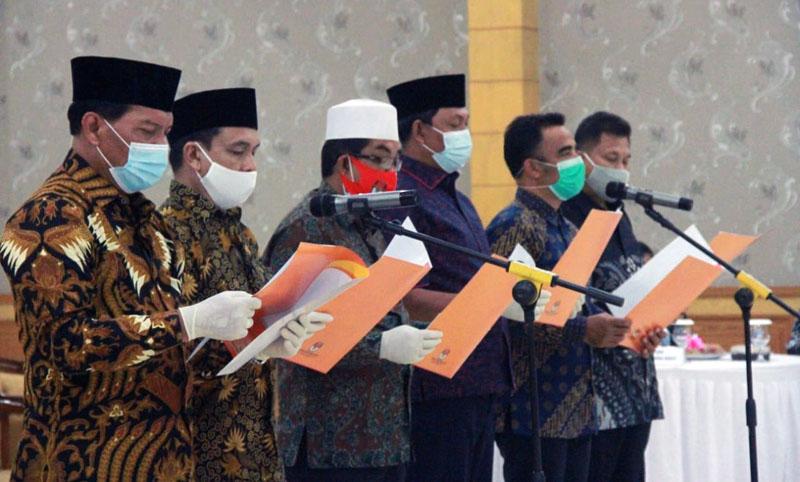 FOTO : Tiga Paslon Pilkada Tanjabbar 2020 Ucapkan Ikrar Deklarasi Kampanye Damai di Gedung Balai Pertemuan Kantor Bupati, Sabtu (26/09/20).