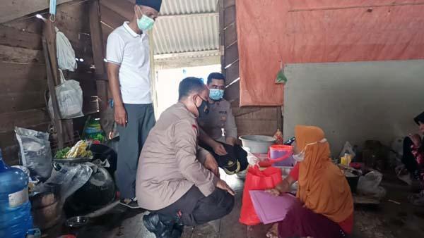 Kapolres Tanjab Barat AKBP Guntur Saputro, SIK, MH bersama Wakapolres KOMPOL Alhajat saat Menyerahkan Paket Bantuan, Jumat (02/07/21). FOTO : HUMASRESTJB