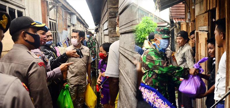 FOTO : Kapolres Tanjabbar AKBP Guntur Saputro bersama Dandim 0419 Tanjab Letkol Inf Erwan Susanto membagikan sembako kepada warga, Sabtu (11/04/20).