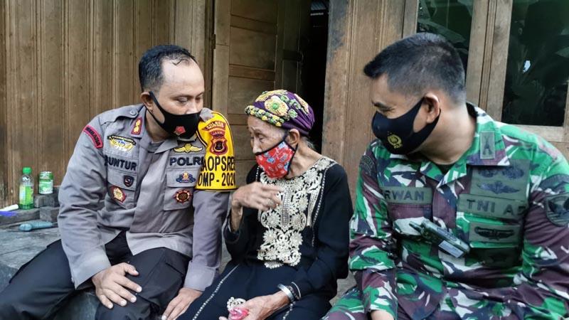 FOTO : Kapolres dan Dandim 0419/Tanjab Saat Berbincang dengan Nenek Sainah, Selasa (10/11/20).