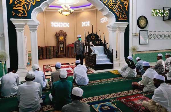 AKBP. Guntur Saputro, SIK, MH Shalat Jumat di Masjid Rhaudhatul Muttaqin di Desa Pembengis Kecamatan Bram Itam