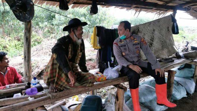 FOTO : Kapolres Tanjab Barat AKBP Guntur Saputro, Memimpin Praktik Olah Kompos di lahan Pak H. Palilek Als Pak Janggut di RT. 05 Desa Sungai Baung Kec. Pengabuan, Jumat (05/03/21).