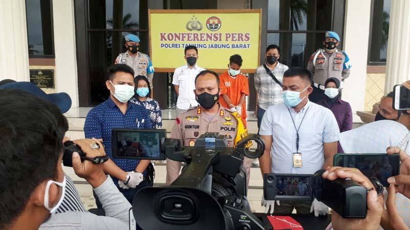 FOTO : Kapolres Tanjab Barat AKBP Guntur Saputro, SIk ,MH Saat Pres Rilis ungkap kasus asusila yang menjerat JR (30) di Mapolres Tanjab Barat, Kamis (04/02/21).