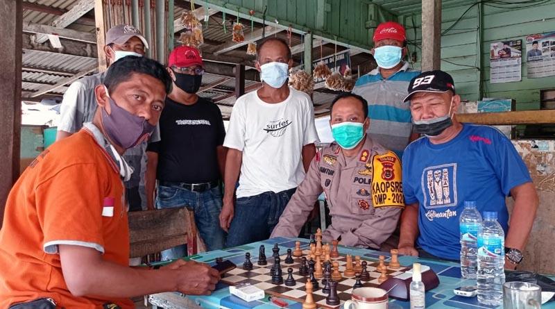 FOTO : Kapolres Tanjab Barat AKBP Guntur Saputro, SIK, MH berdiakusi dengan warga penghoby olahraga catur dari Komunitas PERCASI Tanjab Barat serta penghobi domino di Toko Agam di jalan Pelabuhan Marina Kuala Tungkal, Kamis (03/12/20).