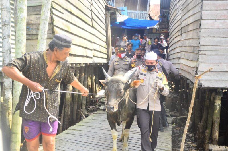 FOTO : Polres Tanjung Jabung Barat AKBP Guntur Saputro, SIK, MH memimpin penyerahan hewan Qurban untuk masyarakat Desa Suak Labu, Kecamatan Kuala Betara, Kabupaten Tanjung Jabung Barat, Kamis (30/07/20).