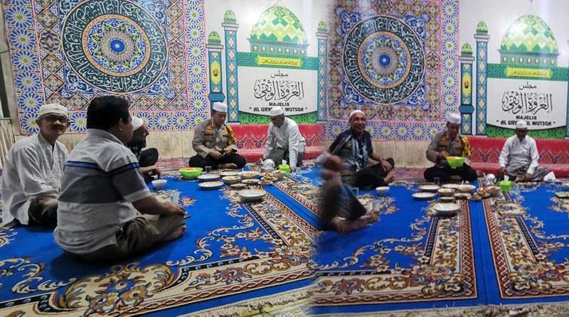 FOTO : Kapolres Tanjabbar AKBP Guntur Saputro, S.IK, MH silaturahmi dengan Pengasuh Ponpes Al-Baqiatush Shalihat (Tokoh Agama) KH. Abdul Hakim, S.Ag, Kamis (25/11/20).
