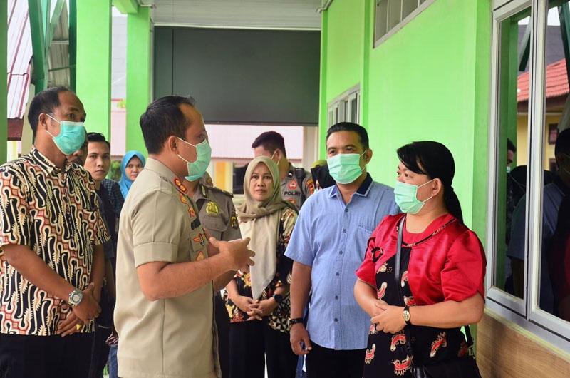 FOTO : Kapolres Tanjab Barat AKBP Guntur Saputro, S.IK, MH Saat Melakukan Koordinasi dan Pengecekan Ruang Isolasi untu Pasien Corona Virus Disease Covid-19 di RSUD KH. Daud Arif Kuala Tungkal, Jum'at (20/03/20).