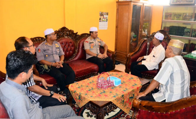 FOTO : Kapolres Tanjab Barat AKBP Guntur Saputro, S.IK, MH Saat Silaturrahmi dengan KetuaMUIUstadz Drs. H. Mahyuddin Arif, M.Uddi Kampus STAI An-Nadwah, Rabu (04/03/20)