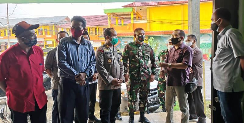FOTO : Kapolres AKBP Guntur Saputro, S.IK, MH bersma Dandim 0419/Tanjab Erwan Susanto, S.IP Ketika Akan Melakukan Pengecekan Tungkal Hotel, Rabu (23/09/20).