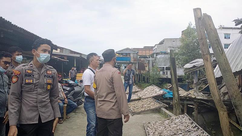 FOTO : Kapolres Tanjab Barat AKBP Guntur Saputro, S.IK, MH Ketika Meninjau bangunan eks Pasar Kuatik Kuala Tungkal yang Ambruk, Jumat (27/11/20).
