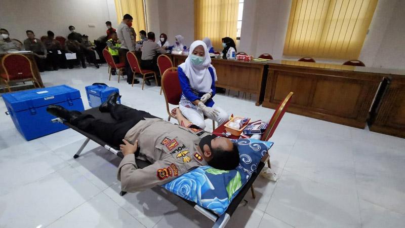 FOTO : Kapolres Tanjung Jabung Barat AKBP Guntur Saputo S.IK, MH saat Donor Darah HUT Bhayangkara ke 74, Rabu (24/06/20)