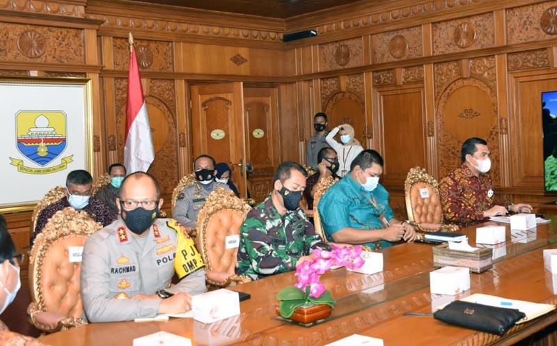 FOTO : Kasilog Kolonel Arm Budi Santoso menghadiri Rapat Koordinasi (Rakor) Penyiapan pengamanan Pilkada Serentak tahun 2020 di wilayah Jambi,  bertempat di ruang rapat Kantor Gubernur Jambi, Jumat (27/11/20).